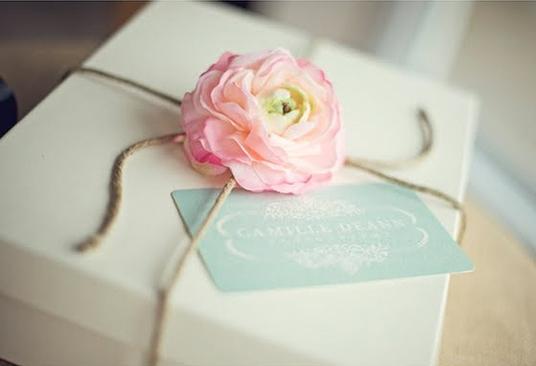 Как украсить подарок цветами 985
