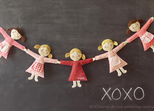 А если вы хотите оригинально украсить детскую комнату, соберите гирлянду из милых маленьких куколок.