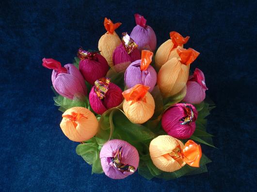 Торт из конфет с живыми цветами 31