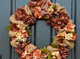 Осенний венок из искусственных цветов и мешковины