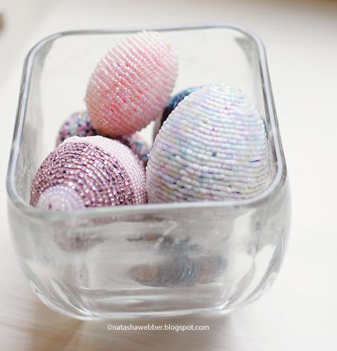 Нам понадобятся: - пластиковое яйцо - мелкий разноцветный бисер -клей ПВА и кисточка -иголка с.