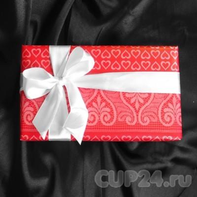 Красная упаковка с атласной лентой