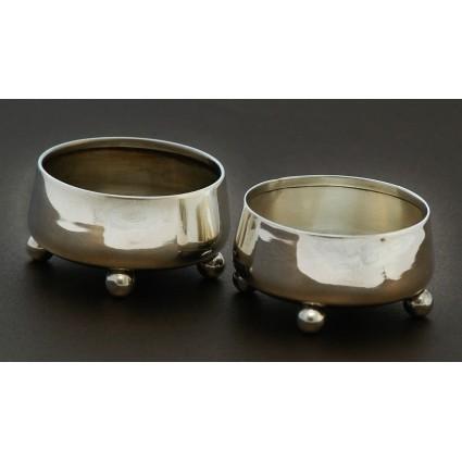 Антикварный набор: серебряные солонки на ножках