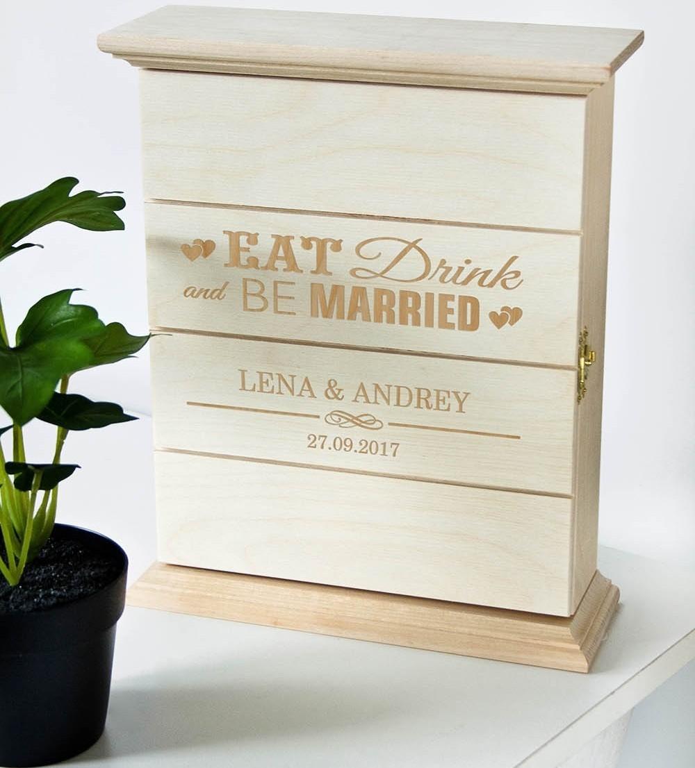 Деревянная ключница с именной гравировкой Be Married