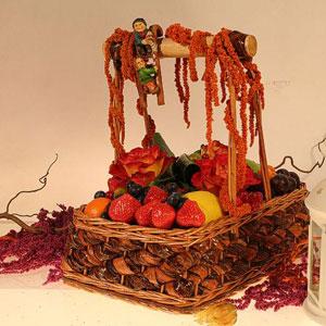 Корзина с фруктами и цветами «Двое на качелях»