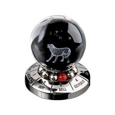 Настольный десижн-мейкер с шаром и фигурой собаки