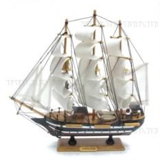 Корабль Confection с белыми парусами