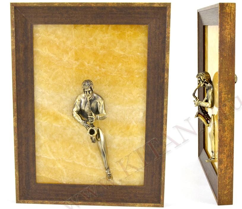 Картина из оникса Саксофонист