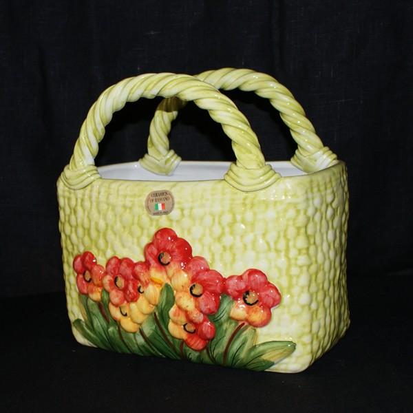 Сумочка-корзина, декорированная цветами