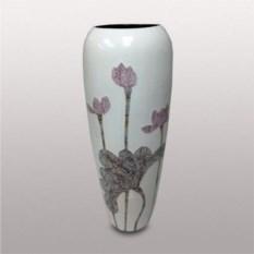 Белая керамическая ваза с изображением цветов