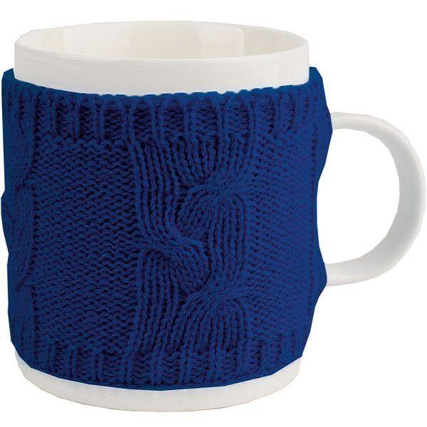 Кружка в теплом вязаном свитере синего цвета