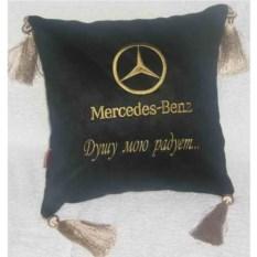 Черная подушка с золотой вышивкой и кистями Mercedes