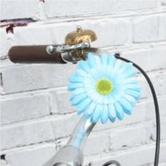 Декоративные синие цветы на руль