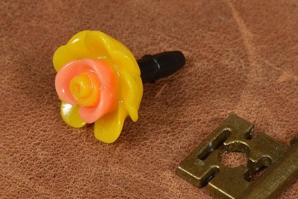 Желтый брелок для телефона Цветок