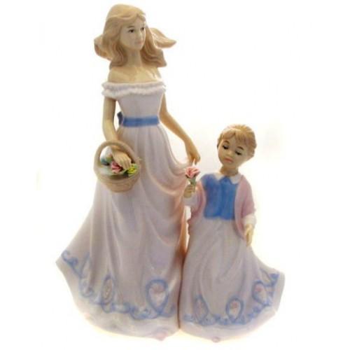 Фарфоровая статуэтка На прогулке с мамой 25 см