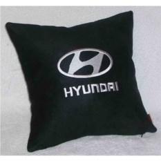 Черная с белой вышивкой подушка Hyundai
