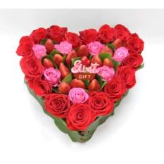Композиция из роз и клубники Твой навсегда