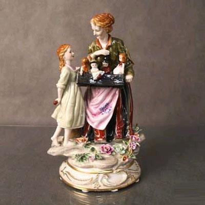 Статуэтка «Девочка и продавщица кукол»