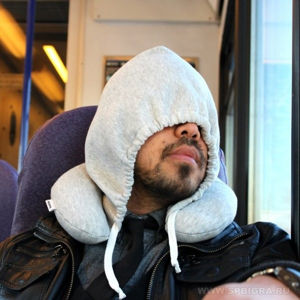 Дорожная подушка с капюшоном