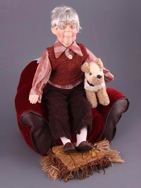 Фарфоровая кукла в виде бабушки