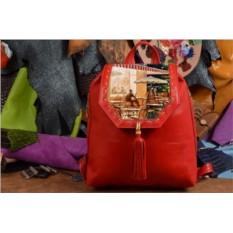 Красный кожаный рюкзак с принтом Человек в кафе