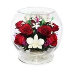 Цветы в стекле Композиция из натуральных роз и орхидей