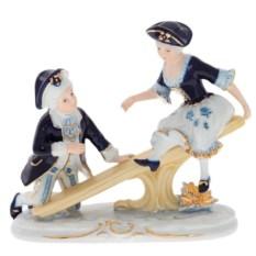 Фарфоровая статуэтка Девочка с мальчиком