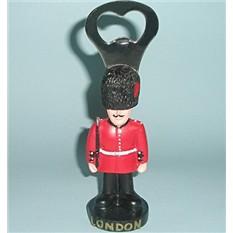 Сувенир из Лондона Открывалка гвардеец