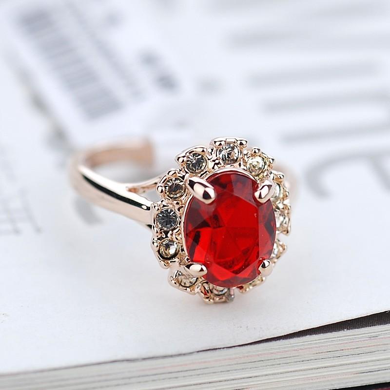 Кольцо с красным цирконием и кристаллами Загадка