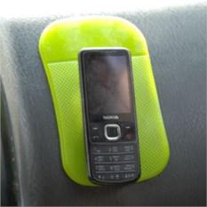 Зеленый коврик-липучка в машину Залипала