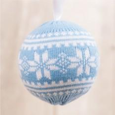Вязаный новогодний шар Снежок (голубой)