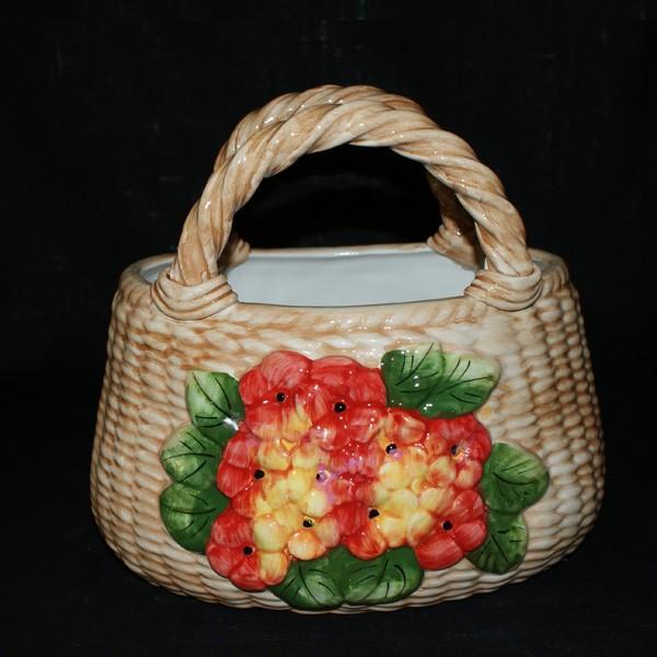 Корзина, декорированная цветами