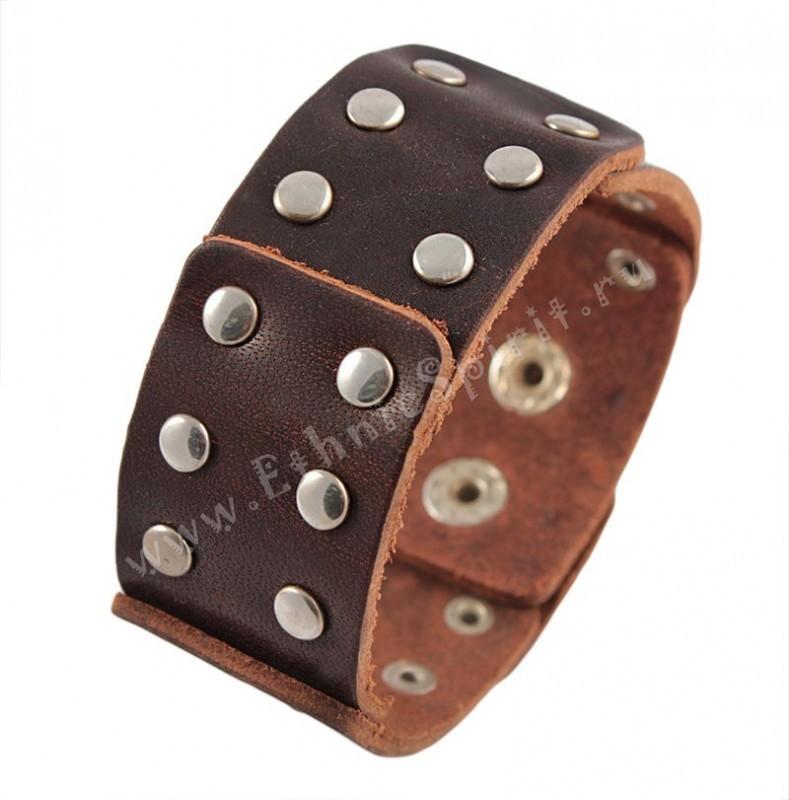 Коричневый кожаный браслет с металлическими клёпками