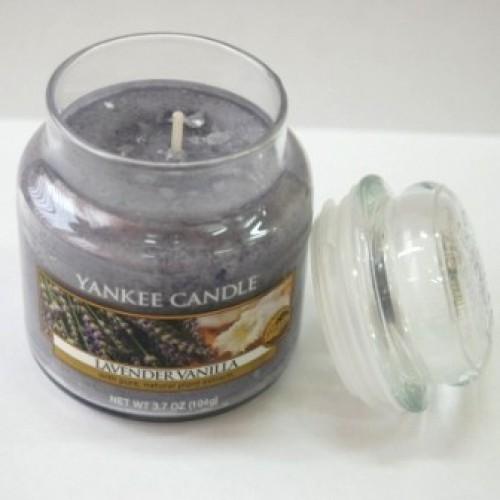 Свеча в стакане с ароматом лаванды и ванили