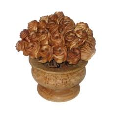 Букет роз из можжевельника в вазе из карельской березы