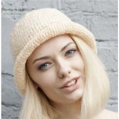 Бежевая летняя шляпа из рафии