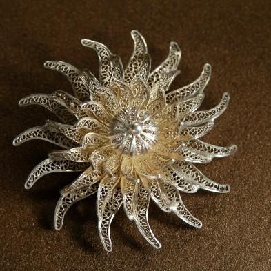 Серебряная брошь «Филигранная хризантема»