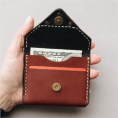 Чехол для пластиковых карточек коричневого цвета на магните