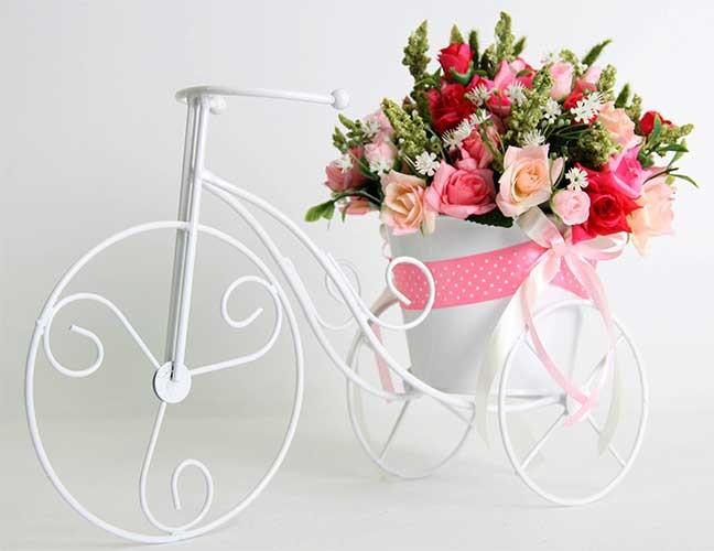 Цветочная композиция Розы в подставке велосипед