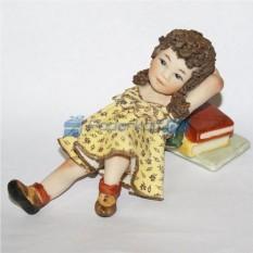 Фарфоровая статуэтка Девочка мечтает на книгах