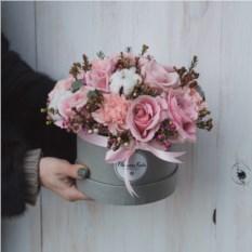 Композиция с розами и ваксфлауером
