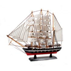 Черно-красная модель корабля