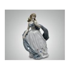 Фарфоровая статуэтка ''Девушка с шарфом''