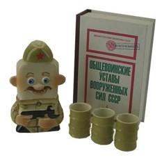 Штоф Служивый солдат со стопками в футляре-книге