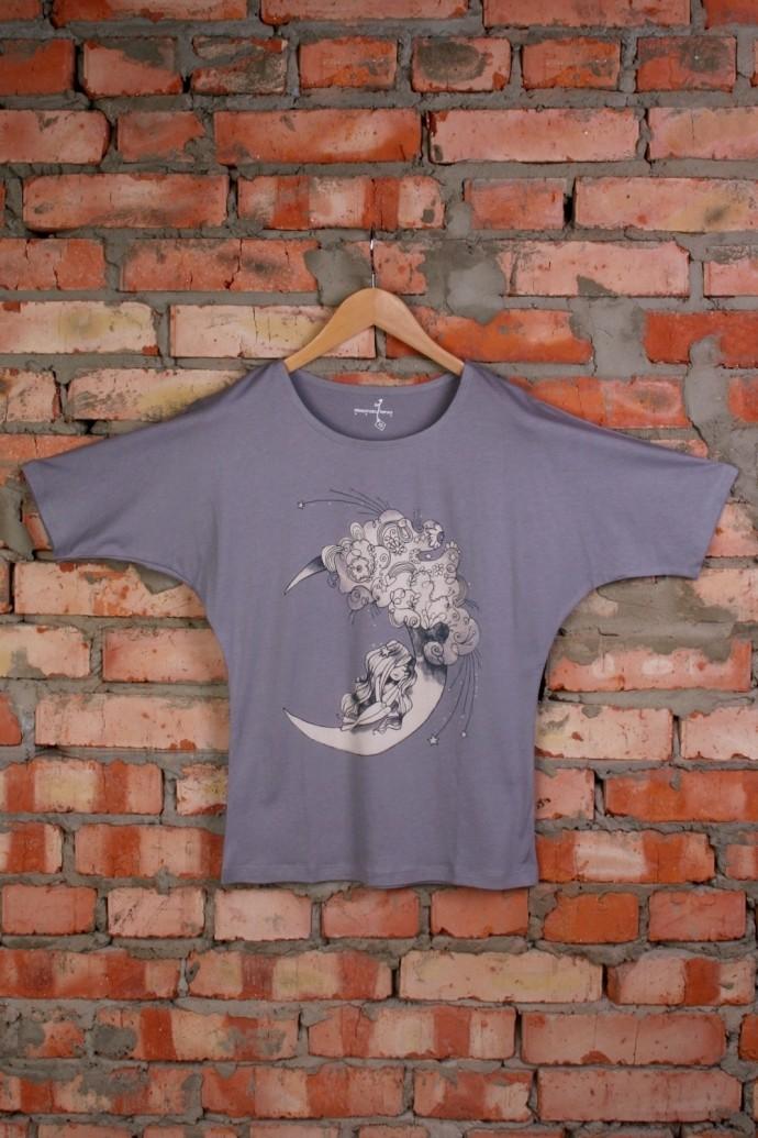 Женская футболка с рисунком Девочка на месяце темно-серая