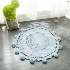 Круглый вязаный коврик с помпонами