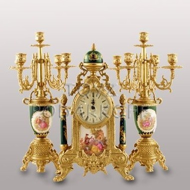 Часы с двумя подсвечниками в чемодане Ренессанс