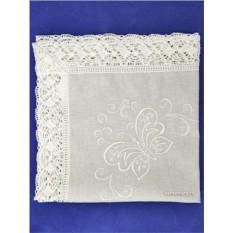 Белая льняная салфетка с кружевной отделкой