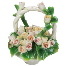 Декоративная корзина с ручкой с разноцветными розами