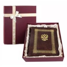 Кожаный фотоальбом с тиснением Герб в упаковке